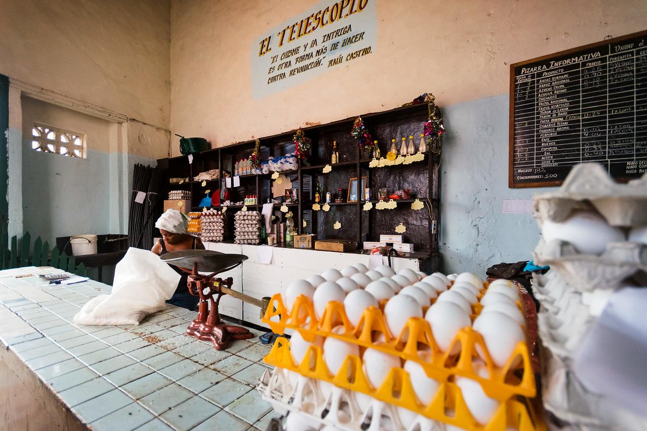Типичный продуктовый магазин. В первых числах месяца —завоз яиц и прочих продуктов, выделяемых жителям в составе соц. пакета