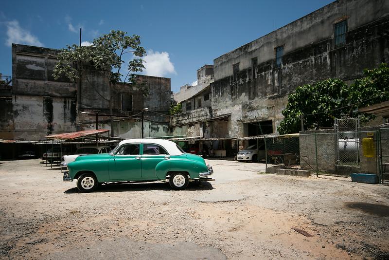 Типичный автотранспорт Кубы в окружении типичных же построек