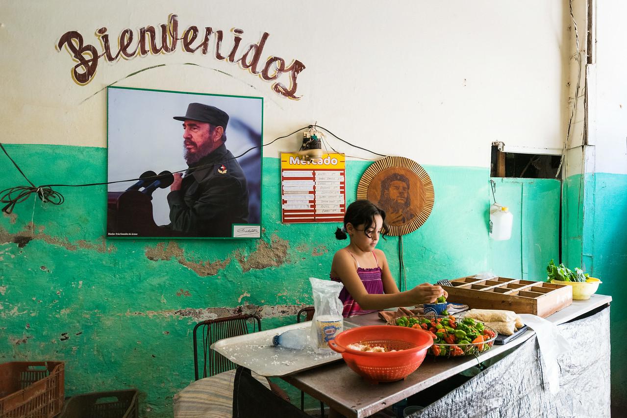Девочка с молодых лет учится работать: помогает своему отцу торговать овощами
