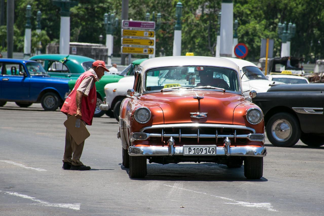 Сотрудник автостоянки за работой в Гаване