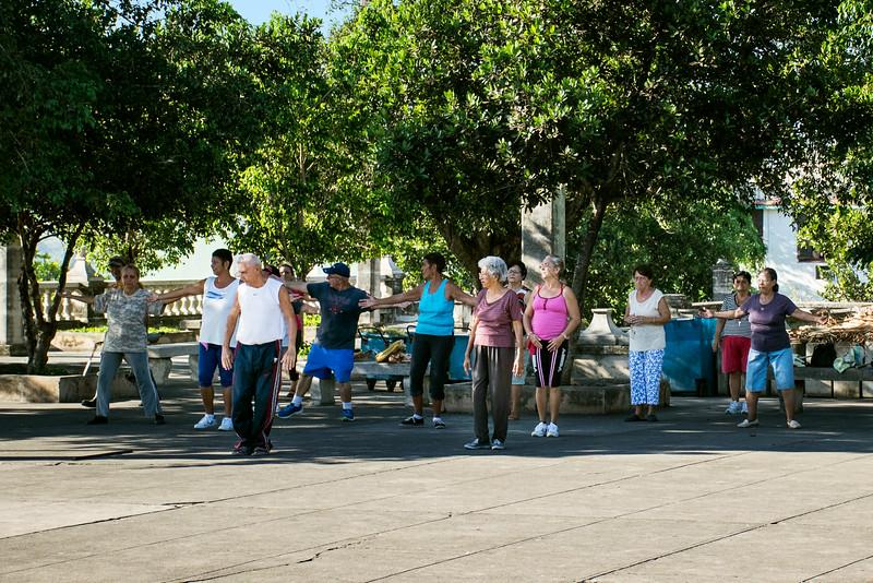 Пожилые кубинцы коллективно занимаются гимнастикой. Они называют это «Детский сад для стариков»