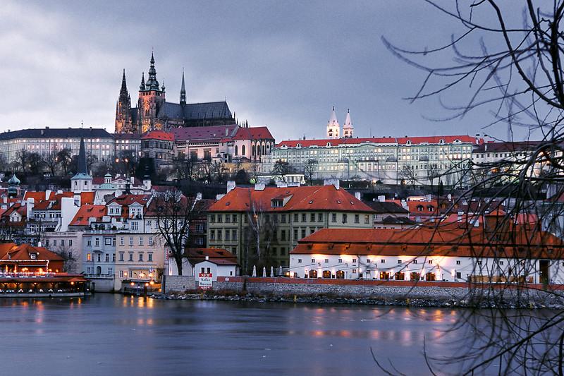 - Вид на Собор Святого Вита через реку Влтава<br /> - St. Vitus Cathedral over Vltava river view