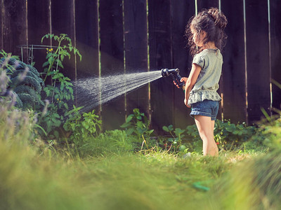 01-140715_PaisleyWateringGarden_7150149-FULL_Thomas_Kuoh_Photography_Kids_Editorial_Garden