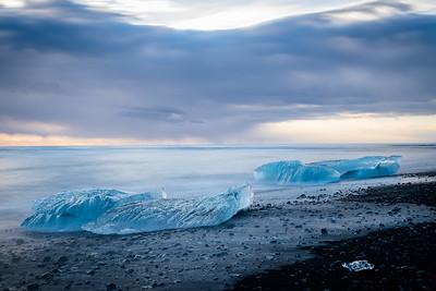 Gletscherstücke am schwarzen Strand bei Jökullsarlon