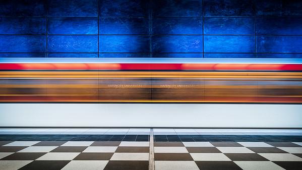 """Einfahrender Zug in den Hamburger U-Bahnstation """"Hafencity Universität"""""""