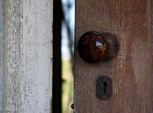 11-22-15 : a crack in an old door