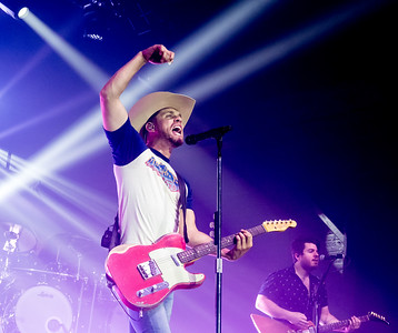 Dustin Lynch concert to benefit Birdies for Charity.