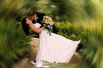 swirling-kiss-in-garden