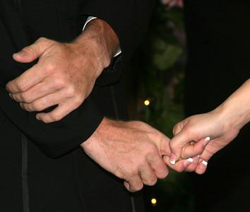 K+G-holding-hands