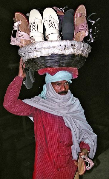 Bodh-Gaya,-shoe-vendor-mast