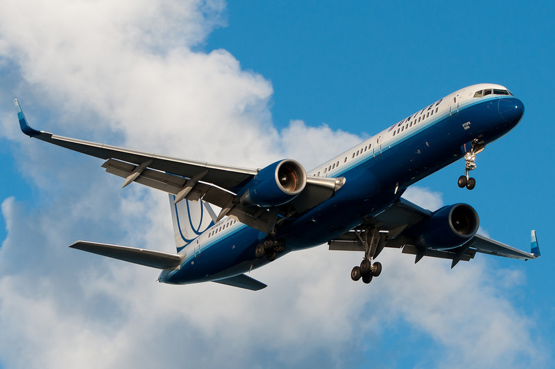 A United 757 with Winglets arrives to Boston from San Francisco.