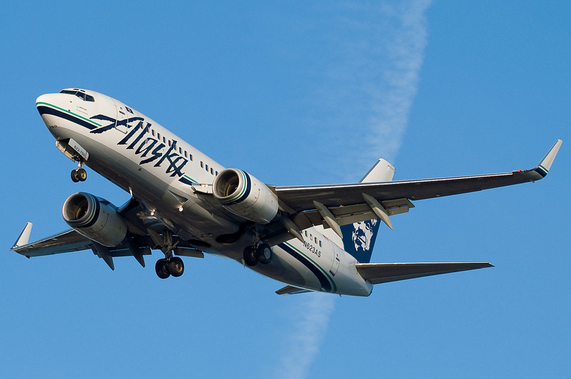 A fantastically placed contrail for this Alaska 737.