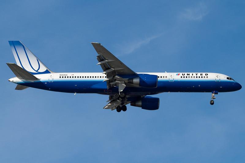 A New-scheme UA 757 on final for runway 04R.