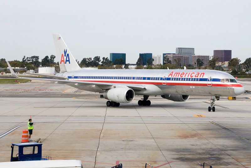 American's 757 pulling into gate 9 at SNA