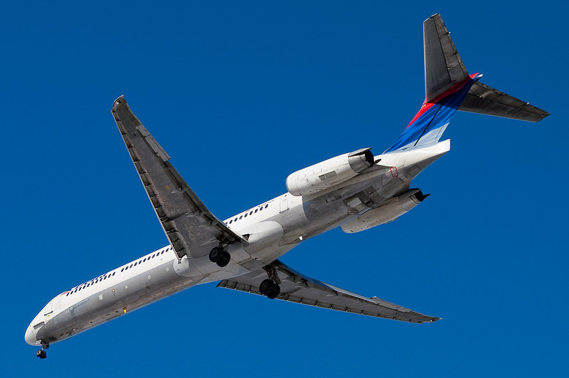 A Delta MD-88 is on final for 33 at Bradley.