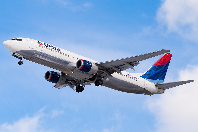 A Delta 737 on final to 33.