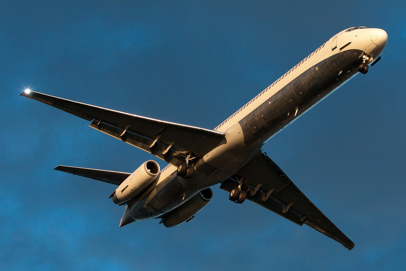 A Delta MD-88 on final for runway 27.