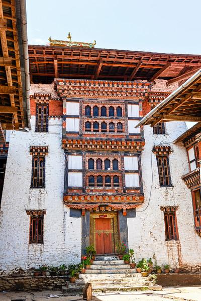 LUENTSHE DZONG. BHUTAN. COURTYARD.