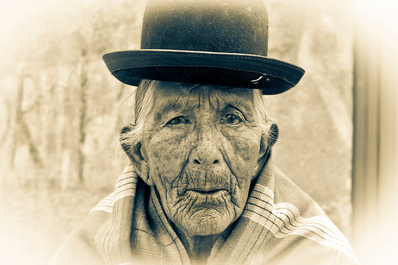 TIAWANAKU. OLD BOLIVIAN LADY IN TRADITIONAL CLOTHES. BOLIVIA.