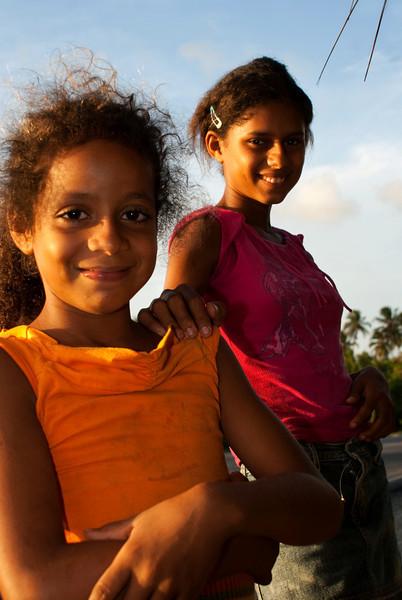 FRUIT SELLER GIRLS AT SUNSET. BARRA DE SAO MIGUEL. MACEIO. ALAGOAS. BRASIL.