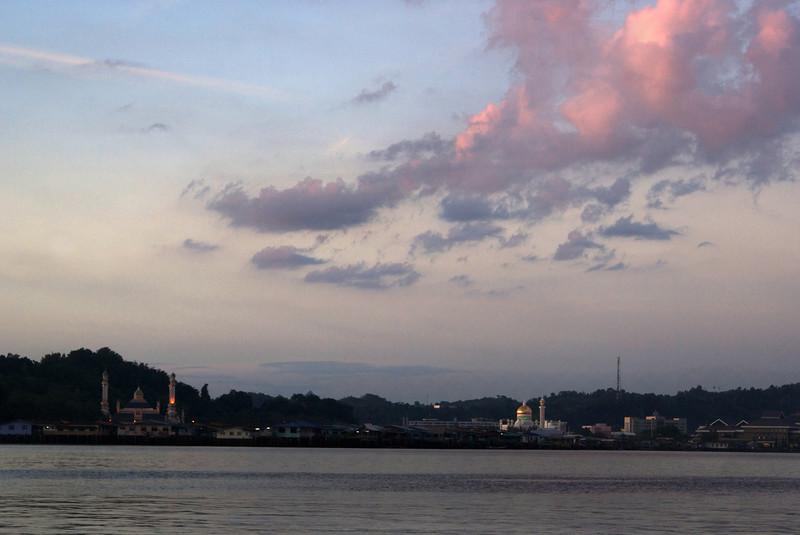 VIEW AT BANDAR SERI BEGAWAN FROM THE BRUNEI RIVER DURING SUNSET. BRUNEI DARUSSALAM.