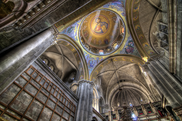 This dome sits directly over the center of the transept crossing of the choir where the compas, an omphalos once thought to be the center of the world (associated to the site of the Crucifixion and the Resurrection), is situated.