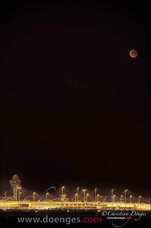 Die totale Mondfinsternis vom 15. Juni 2011 über dem Münchner Flughafen.
