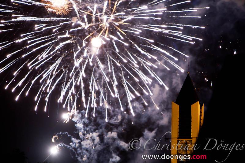 Abschlußfeuerwerk Freisinger Volksfest 2011 über dem Kirchturm St. Lantpert