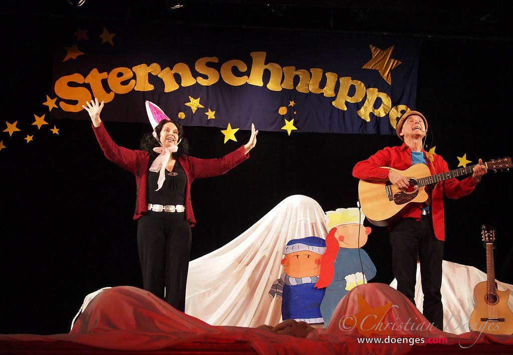 """Margit Sarholz und Werner Meier im Sternschnuppe-Konzert """"Winterlieder"""" auf der Bühne im Asamsaal."""
