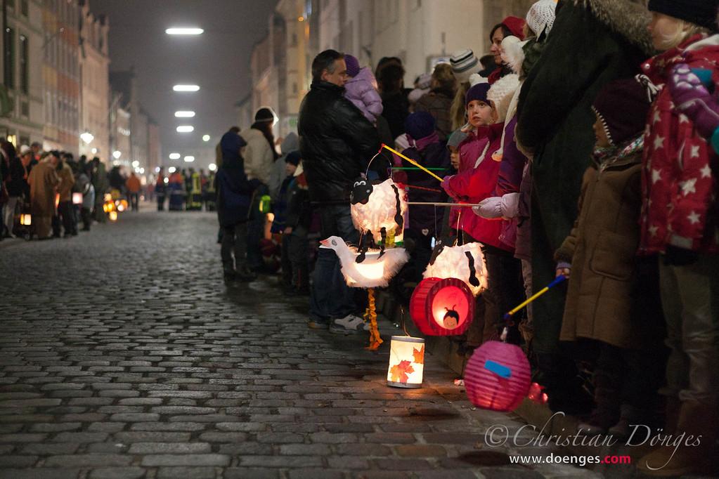 Am Freisinger Marienplatz warten Eltern und Kinder mit bunten Laternen und Lampions auf den Beginn des größten Martinszuges in Bayern.