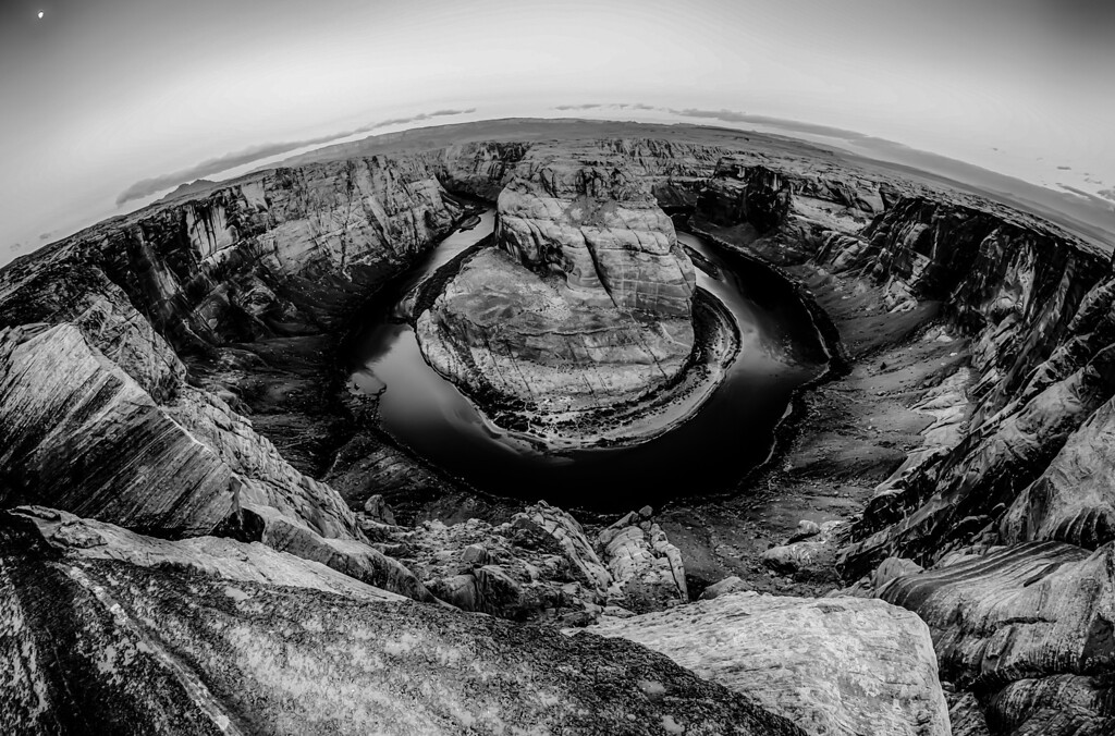 horseshoe bend at sunrise with clear sky and colorado river below