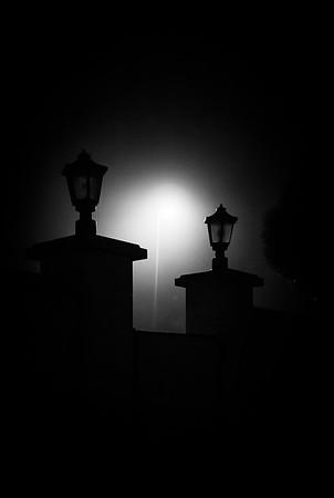 Farola y niebla