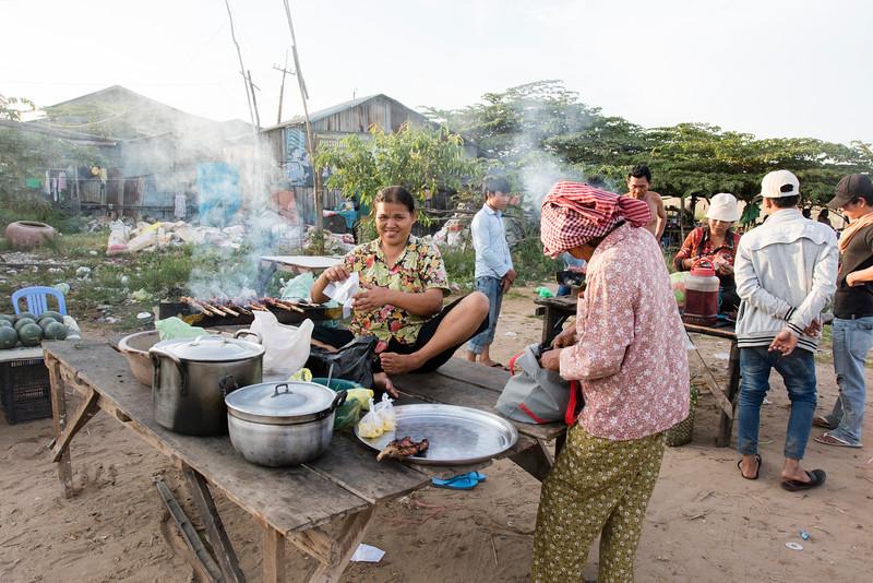 PHNOM PENH. SLUM NEAR THE RAIL TRACK. FOOD STALL.