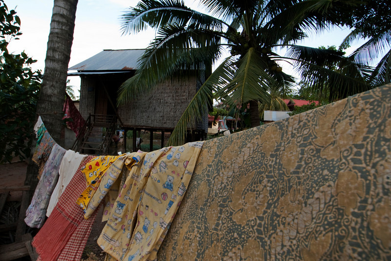 TONLE SAP. CAMBODIAN HOUSE WITH LAUNDRY.