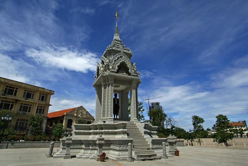 PHNOM PENH. MONUMENT NEXT TO THE WAT PHNOM.
