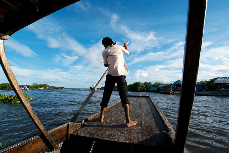TONLE SAP. FLOATING VILLAGE. ROWING THE BOAT.