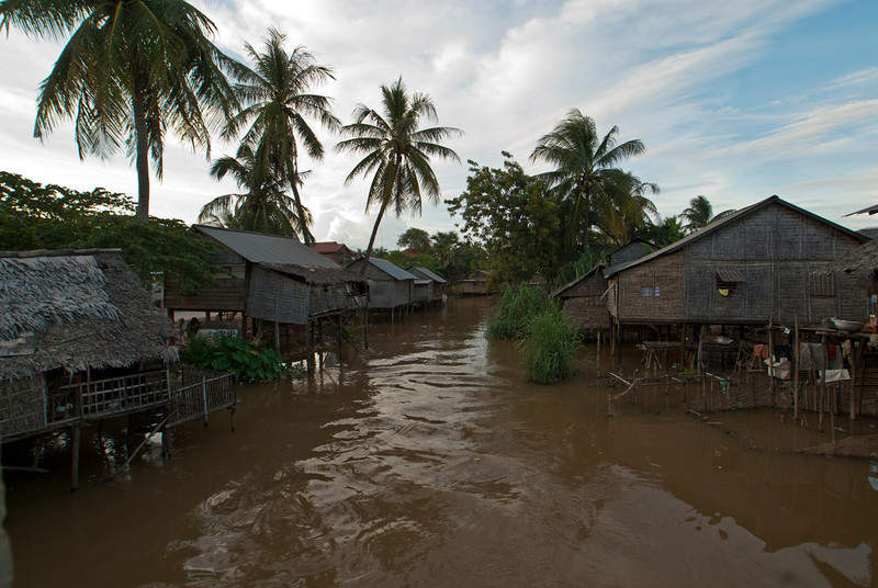 SIEM REAP. SMALL VILLAGE WITH HOUSES ON STILTS NEXT TO SIEM REAP.