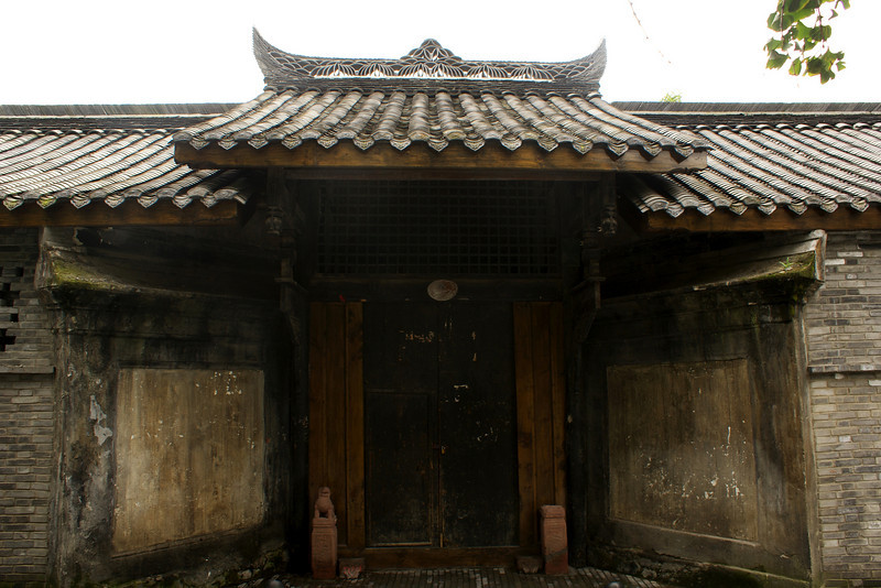 CHENGDU [成都]. SICHUAN. ENTRANCE OF AN OLD CHINESE HOUSE.