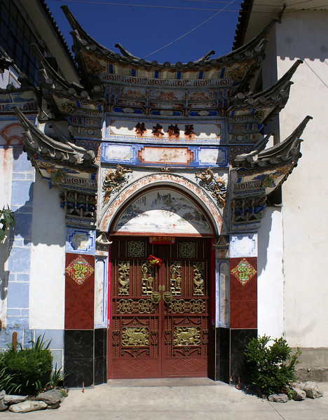 DALI. YUNNAN. ENTRANCE GATE OF A PRIVATE HOUSE IN OLD TOWN.