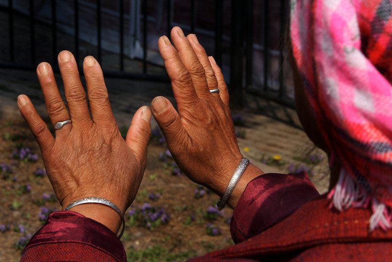 OLD WOMAN'S HANDS. TEMPLE OF HEAVEN. TEMPLE OF HEAVEN PARK (TIANTIN GONGYUAN). BEIJING.