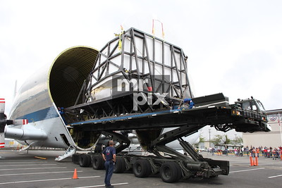 Unloading NASA's Space Shuttle Flight Simulator arrives at Museum of Flight