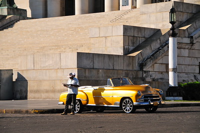 Oldtimer at the footsteps of Havana's Capitolio
