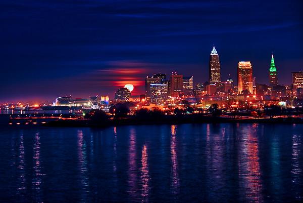Super Moon rising in Cleveland, Ohio