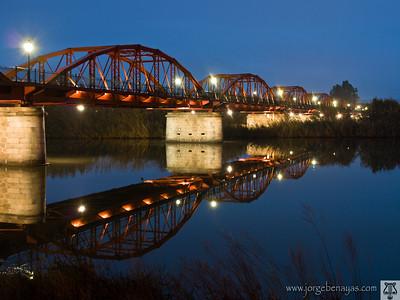 El puente rojo en la hora azul
