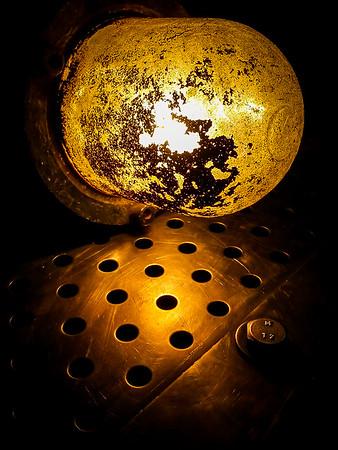 La luz se escapa por los agujeros.