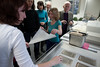 Trägervlies und feines Japanpapier werden vor dem Leimen auf die frischen Bögen aufgelegt