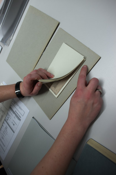 Nach Eingang der Bücher wird jede Seite wird von Hand nummeriert