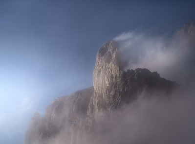 Mist in the peaks 7R44239