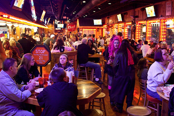 The Hooters in Jeffersonville played host to fans of Kynt and Vyxsin as another episode of The Amazing Race aired on Sunday night.