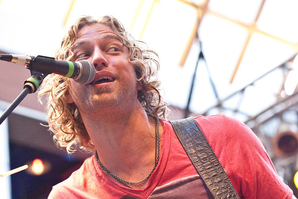 Star on the rise Casey James served as the opening act and thrilled the audience as much as the headliner.